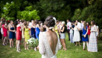 Panna młoda z gośćmi na swoim weselu w plenerze